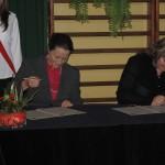 Frau heilwagen unterzeichnet die Schulpartnerschaft