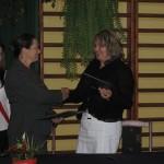 Die beiden Schulleiterinnen übergeben die Dokumente
